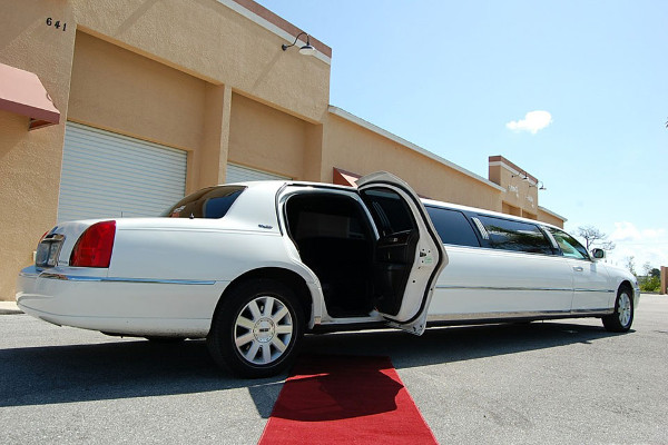 Lincoln stretch limo party rental Woodstock